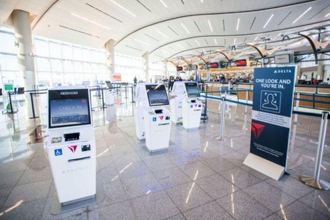 達美航空(Delta Air)宣布在亞特蘭大國際機場,啟用全國第一個具有 生物辨識系統的航站。以後旅客靠「刷臉」就可自動取得登機證。(Delta航空)