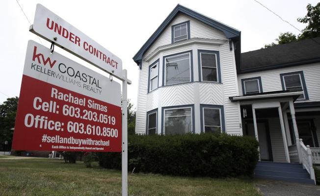 購買房子的過程經常充滿困難 ,而且價格昂貴,對於才開始接觸房地產市場的民眾來說,難免出現跌跌撞撞的情形。(美聯社)