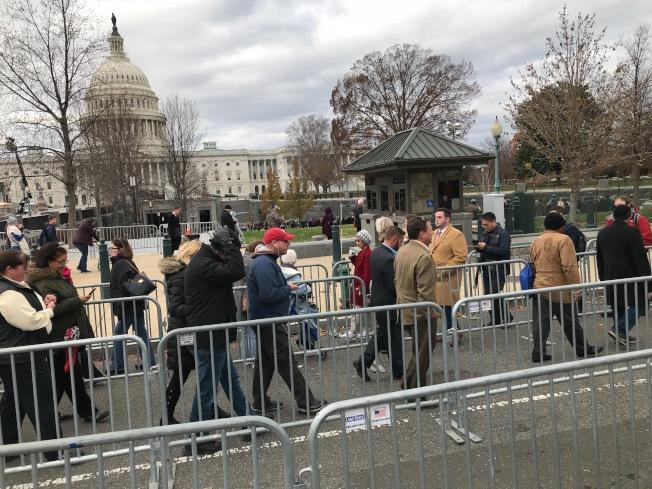 許多民眾排隊數小時,只為了向美國第41位總統致敬。記者許惠敏/攝影