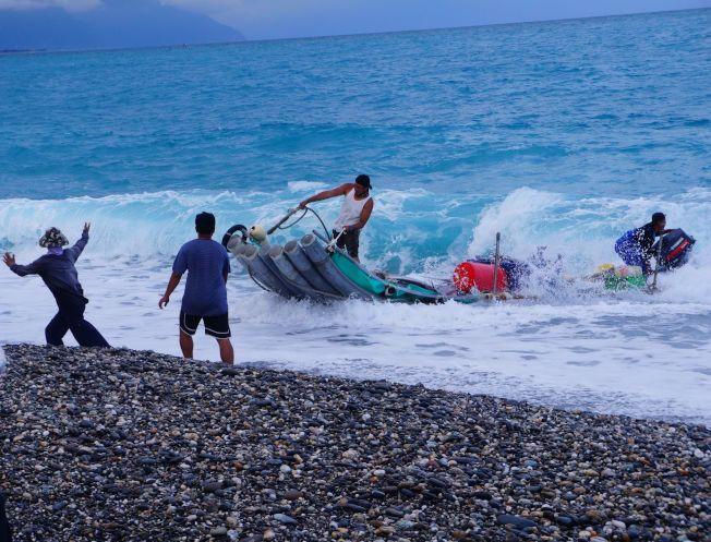 現場親睹定置友善補魚法的拖收漁網過程。
