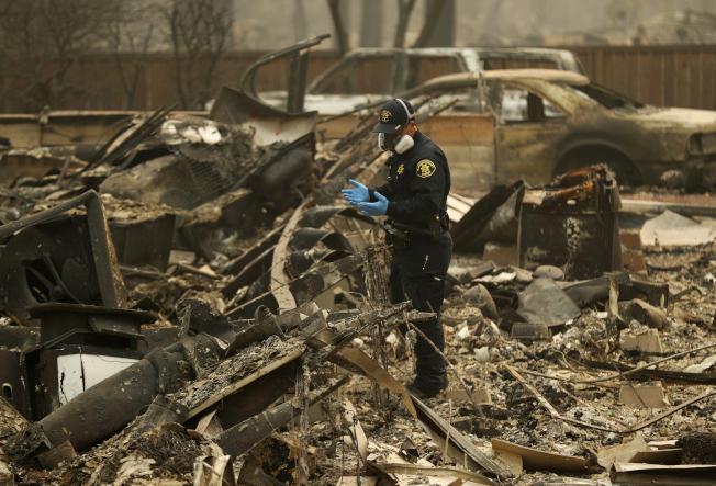 加州史上死傷人數最高、房舍毀損最慘重的山林大火,上個月不但奪走數十條生命,數以千計民眾流離失所,現在連保險公司都成了受害者。(美聯社)