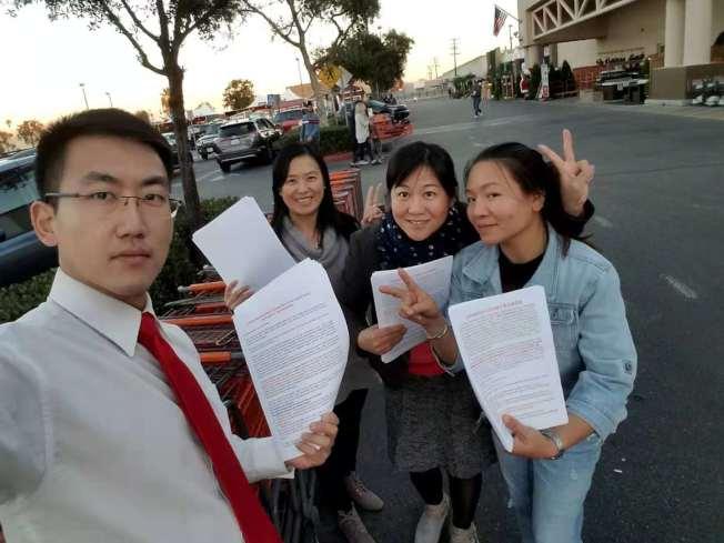 反對該項計畫者在鄰近大麻基地計畫的Homedepot門口和停車場發傳單, 幾乎所有拿到傳單的華裔、拉丁裔和白人都表示,不知道建大麻廠的事情,也紛紛表示反對建大麻基地計畫。(劉姓居民提供)