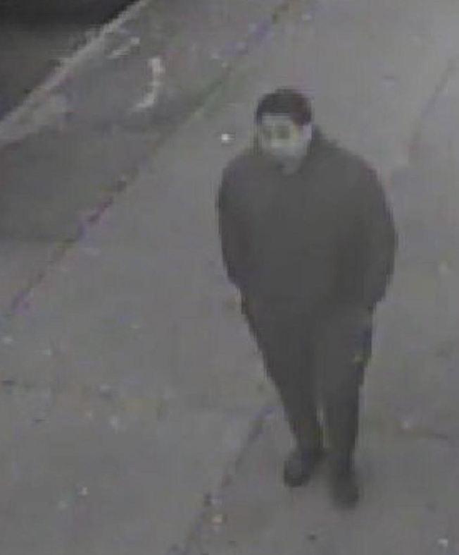 66分局公布男子照片,形容他是年齡20歲左右的西語裔男子,身高約5呎6吋。(市警提供)