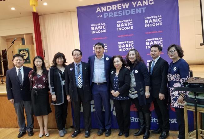 法拉盛政見交流會籌備委員會,歡迎楊安澤(中)與亞裔選民交流。(記者朱蕾/攝影)