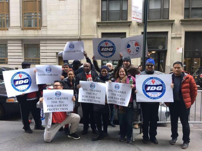 独立司机工会4日在TLC前集会,表达提高电召车司机最低时薪的诉求。前排右一为陈海灵。(记者张筠/摄影)