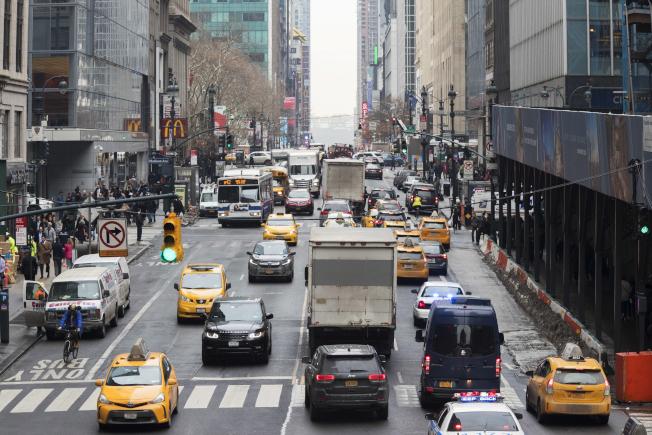 曼哈顿中城42街的交通壅塞状况,行驶在该条街的M42公共汽车,是纽约市时速最慢的公共汽车。(美联社)