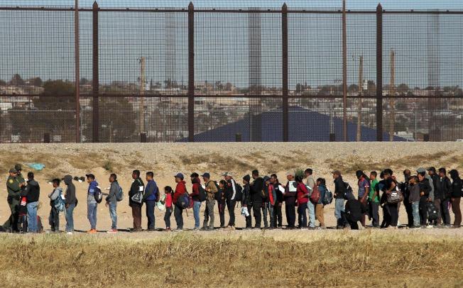 近150名中美洲移民越過美墨邊界葛蘭德河,向美國申請庇護。(Getty Images)