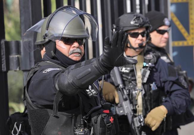 大批中美洲移民抵達美墨邊界,美國探員在加州這頭嚴陣以待。(Getty Images)