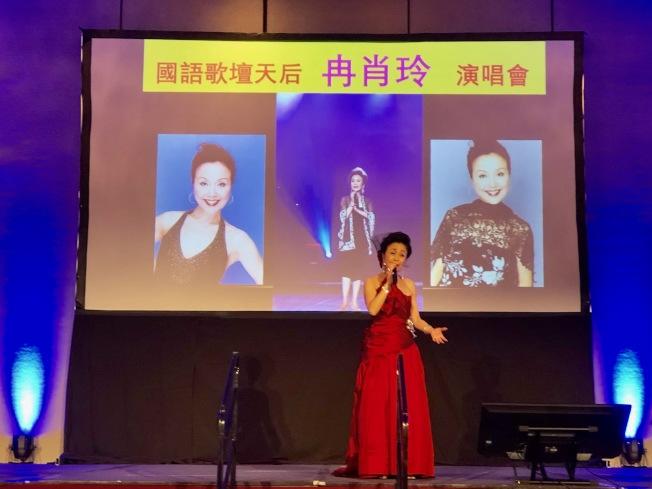 早年以「藍色的夢」走紅華語歌壇的低音歌后冉肖玲,應美西華人學會年會之邀來洛杉磯獻藝,近兩個小時演唱,贏得滿堂彩。(記者胡清揚/攝影)