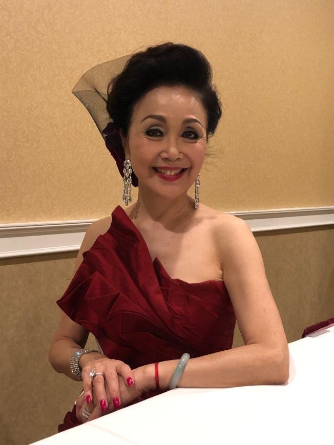 高齡70,早年以「藍色的夢」走紅華語歌壇的低音歌后冉肖玲,應美西華人學會年會之邀來洛杉磯獻藝,並與歌迷分享她放棄主唱「最後一夜」成名機會,透過紋眉技藝獨立培養一雙兒女成才,並在中國書法找到揮灑天地的人生經歷。(記者胡清揚/攝影)
