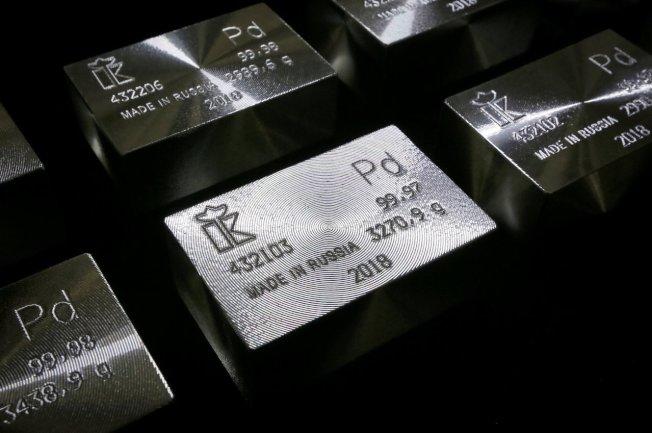 鈀金漲勢強勁,讓黃金面臨最有價值貴金屬地位的保衛戰。路透