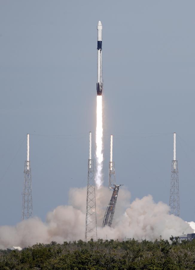 SpaceX公司滿載補給、科學儀器和食物的「天龍號」無人太空船,5日下午1時16分從佛羅里達州卡納維爾角順利發射升空,可是推進火箭未能按照計畫成功返回發射台降落。(美聯社)