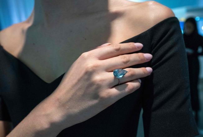 模特儿展示已故男歌星法兰克辛纳屈的第四任妻子芭芭拉的戒指宝石。(Getty Images)