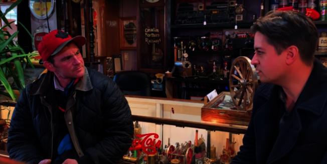 骨董店老闆阿奇博德(右),成為遊民吉利安(左)生命中的貴人。(取自YouTube)