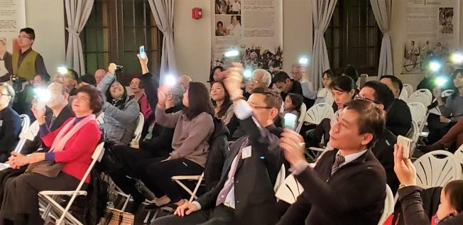 觀眾打開手機燈,隨舞台上的歌聲旋律搖擺晃動,氣氛十足。(記者唐嘉麗/攝影)