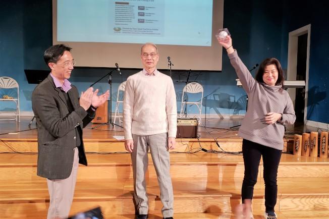 經文處長徐佑典(左)捐出的「紅襪隊林子偉冠軍簽名球」被楊先生(中)中標後捐出,李鄭晶珠再競標買下,共為慈濟捐得600元。(記者唐嘉麗/攝影)