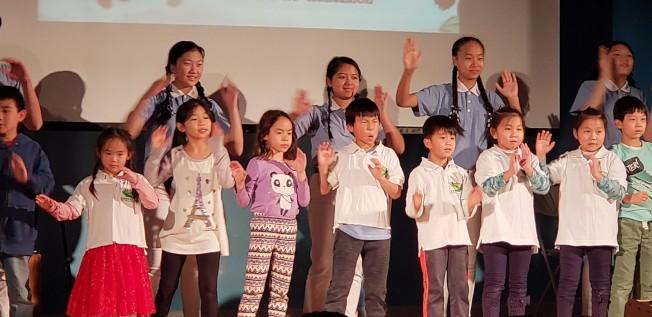 慈濟人文學校的慈少成員和學生表演歡樂的手語歌曲。(記者唐嘉麗/攝影)