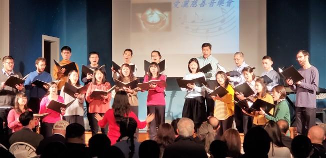 劍橋合唱團在顏毓芬指揮下演唱多首歌曲。(記者唐嘉麗/攝影)