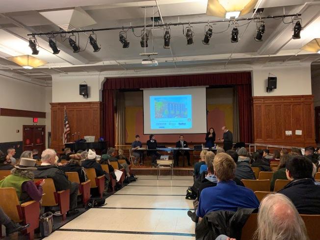 曼哈頓第二社區委員會5日召開公聽會,就「綠色避風港」平價屋項目聽取社區意見,但受影響的伊利沙白街花園大部分居民反對。(記者和釗宇/攝影)