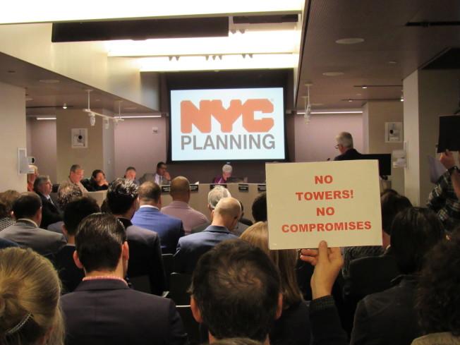 市都市計畫委員會5日通過兩橋社區的三棟豪宅建案申請。圖為日前舉辦的公聽會。(記者顏嘉瑩/攝影)