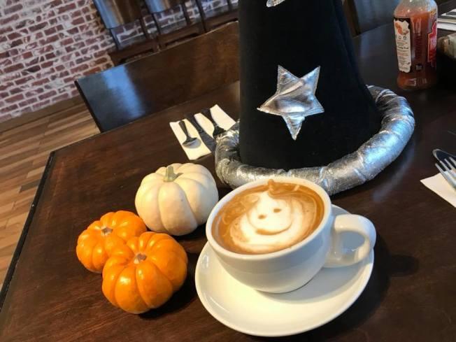 Blu Jam Café咖啡上有不同圖案的拉花奶泡,每一次都是不同的驚喜。(Kamil Majer提供)