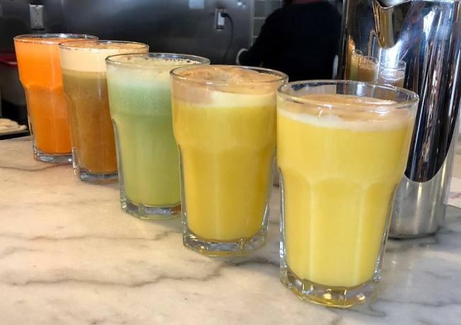 民眾可以自由調配喜歡的果汁口味。(Kamil Majer提供)