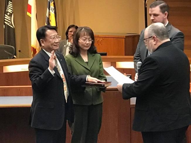 西柯汶納市華裔市議員吳桐淮(左一)參加該市市議員選區重劃後首次選舉順利連任,圖為他在5日晚就職儀式上。(吳桐淮提供)