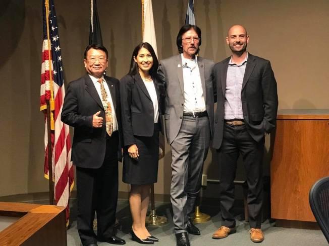 圖為華裔副市長吳桐淮(左一)與現任市長強森(右二)及另外兩名新獲選市議員洛佩茲(左二)、卡斯特蘭諾斯(右一)。(吳桐淮提供)