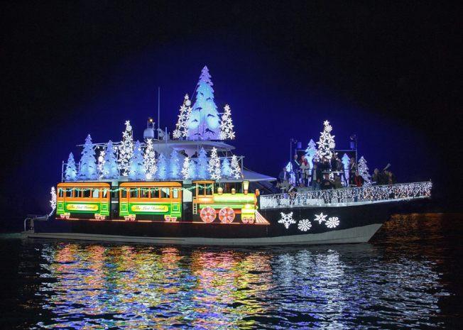 年度的新港灘耶誕燈船遊行即將登場。(取自官方臉書)