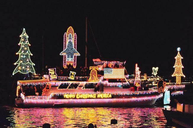 彩燈布置的遊艇點亮海灣。(取自官方臉書)