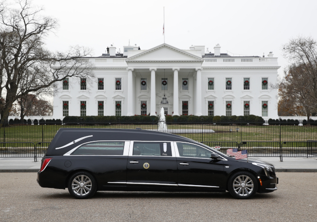 老布希的靈柩最後一次經過白宮。(Getty Images)