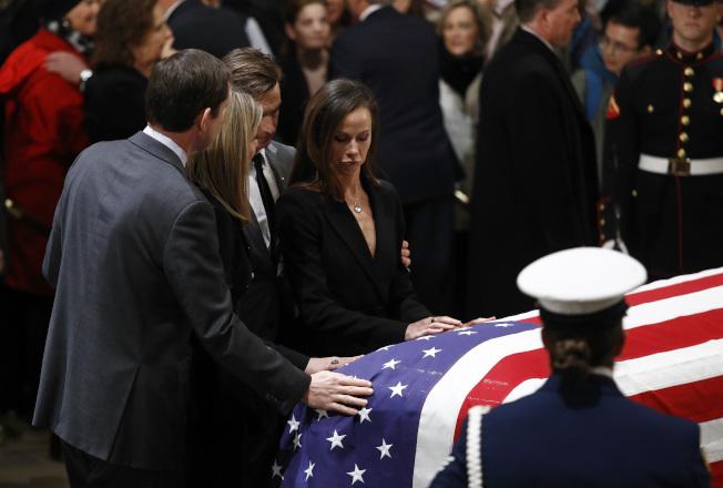 老布希總統的孫女、小布希總統的女兒芭芭拉及珍娜布希撫棺向祖父告別。(美聯社)