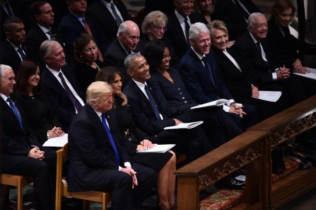 老布希國葬儀式上,川普總統夫婦(前左)、前總統歐巴馬夫婦、柯林頓夫婦及卡特夫婦併排而坐。(Getty Images)