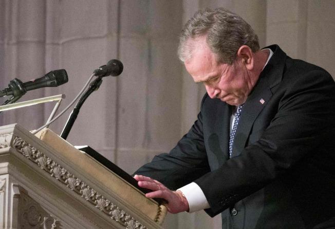 小布希總統在父親老布希喪禮上致悼詞,幾度哽咽。(Getty Images)