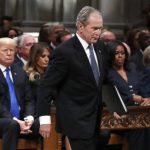 送行老布希/川普來了…4個美國總統「僵」在一起