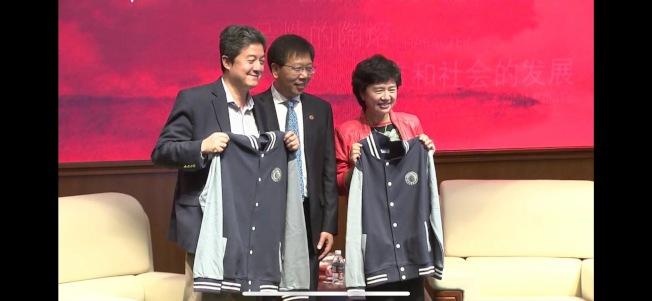 張首晟(左)上個月才到華東師範大學訪問,當時看起來很正常,沒想到突然傳出自殺的消息。(親友提供)