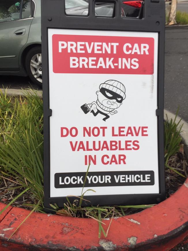 車子在停車場被破窗盜竊的情況很多,圖為In-N-Out漢堡店警告的牌子。(記者林亞歆/攝影)