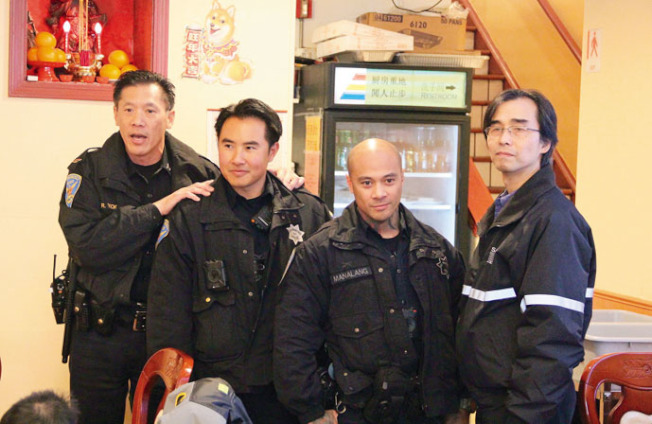 易文耀(左起)向居民介紹雙語警員黃家銘,在他旁邊的是日落區分局警員Nate與舊金山防止罪案資源中心朱瑞良。(記者李晗╱攝影)