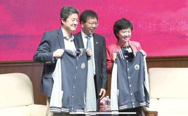 張首晟(左)上個月才到華東師範大學訪問,當時看起來很正常,沒想到突然傳出自殺的消息,讓人不勝唏噓。(親友提供)