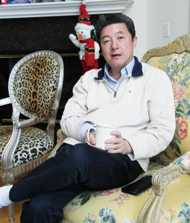 張首晟去年接受本報專訪,談笑風生。(本報檔案照片,記者李榮攝影)