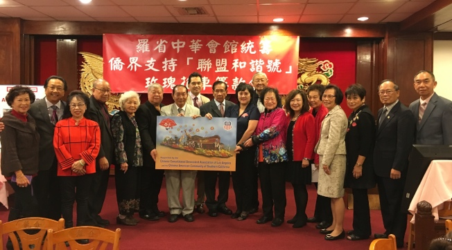 中華會館四位首長梁永泰、廖美華、黃鍾艷珍、鄺松齡,「波士頓美籍華人傳統基金會」創辦人李衛新等在台上作出捐款呼籲。(記者林佩錦/攝影)