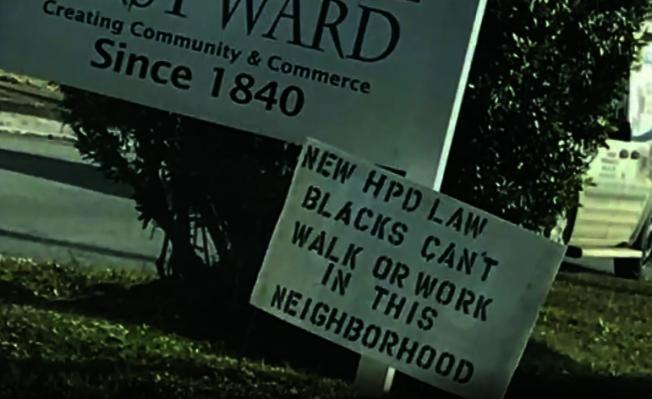 休士頓西北區Sawyer Heights區域一處公共草地上,出現一塊寫著種族歧視字眼的告示版。(取自ABC 13電視台)