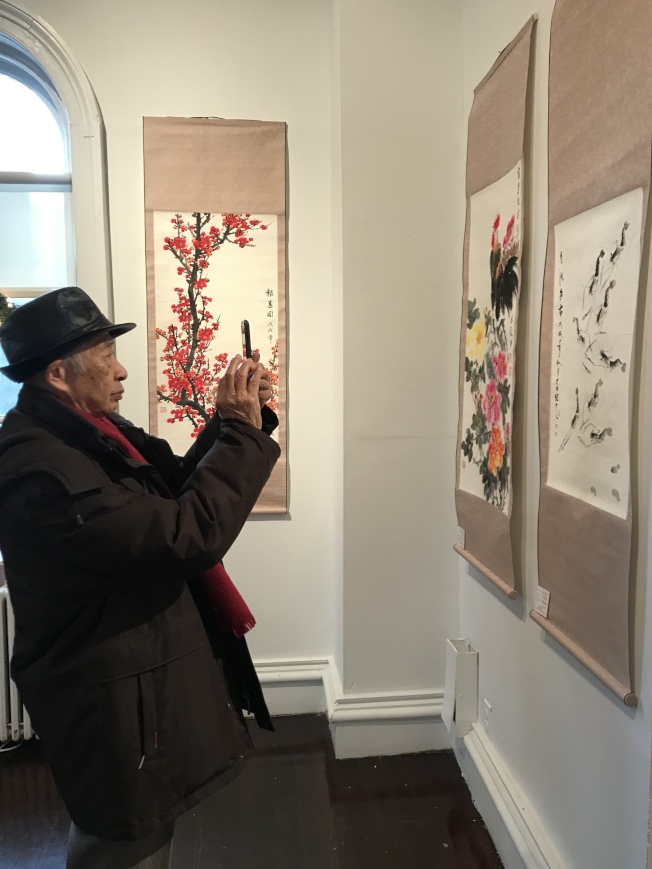 「风韵岭南」中国书画暨摄影展吸引诸多社区民众欣赏。(记者刘大琪/摄影)