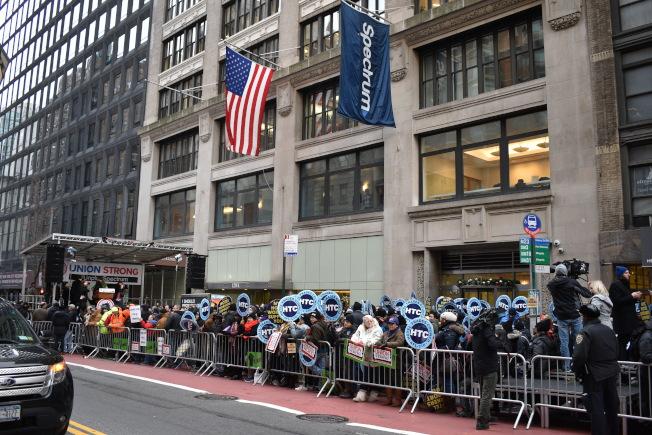 上百位劳工站在Spectrum总部前抗议。(记者颜嘉莹/摄影)