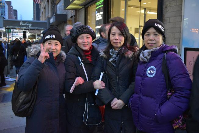 市旅馆业服务员工会的华人会员们到场支持,替劳工维权。(记者颜嘉莹/摄影)