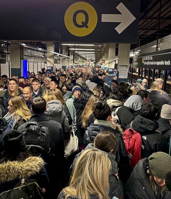 一份新報告敦促紐約州把娛樂用大麻合法化,藉此為整修地鐵籌集資金。圖為地鐵站擠滿人 。(美聯社)
