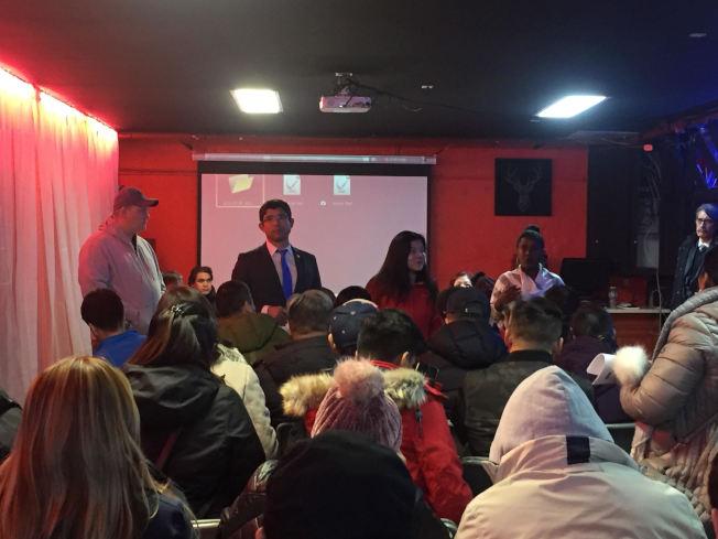 樓宇局代表出席在8大道舉辦的會議,為當地民眾解釋招牌罰單的相關程序。(記者顏潔恩/攝影)