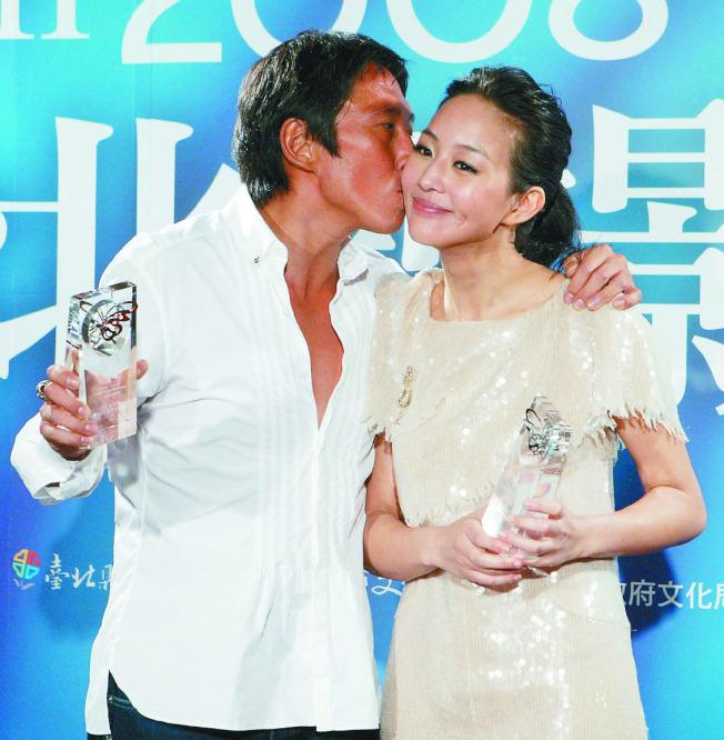 鈕承澤(左)與張鈞甯2008年以「情非得已之生存之道」拿下台北電影節影帝、影后,鈕當眾親吻張鈞甯。(本報資料照片)