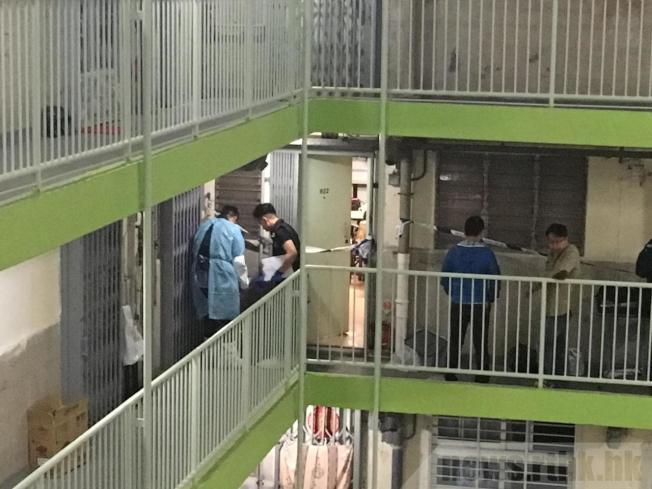 案發在華生樓一個單位,警員到單位蒐證。(取材自香港電台)