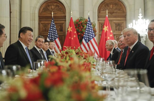 中國國家主席習近平(左二)與美國總統川普(右二)1日在阿根廷舉行會談。美聯社